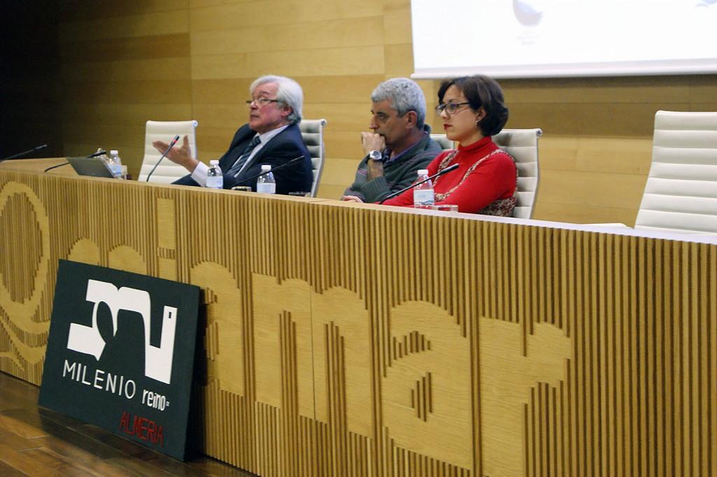Alfonso Rubí, Eusebio Villanueva y Ana Raya en el salón cultural de Cajamar